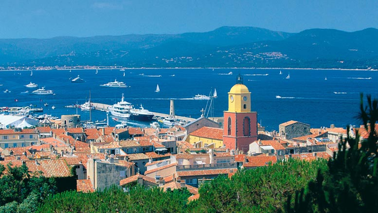 """Saint Tropez è un villaggio con i servizi di una città capitale,"""" Il tizio in pantaloncini e una maglietta un po 'incerti potrebbe essere un escursionista - o un miliardario brasiliano con la moglie ei figli. """"Questi ragazzi ultra-ricchi lo amano"""", dice un insider St Tropez."""