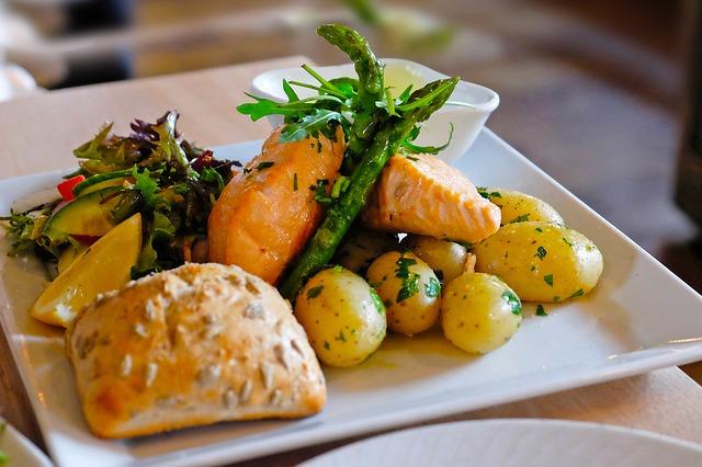 Piatto con salmone e patate, tipica cucina di Oslo in Norvegia