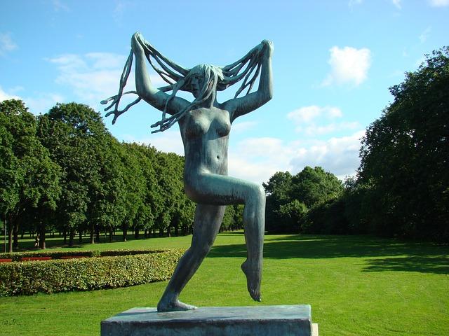 Statua di donna nel parco di Vigeland a Oslo